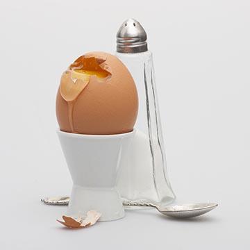 """Яйцо всмятку. Помните """"Бременские музыканты""""? Ох, рано встает охрана! Яйцо, которым завтракал король, сидя в коляске, всегда вызывало у меня аппетит."""