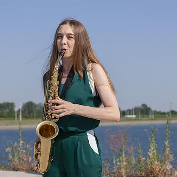 Саксофонистка в зеленом