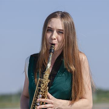 Портрет девушки с саксофоном